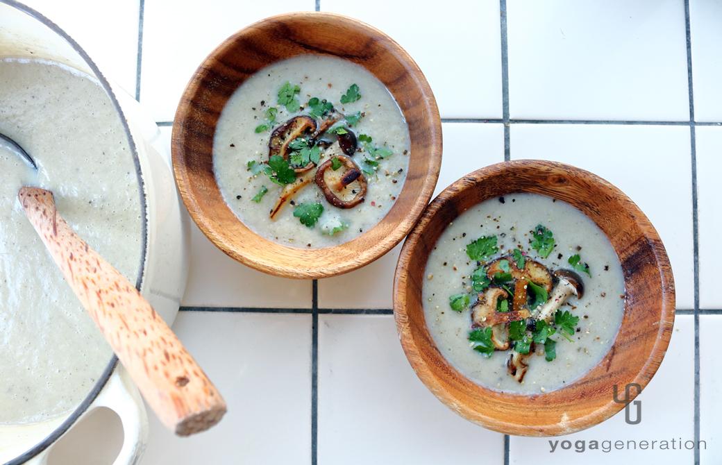 木の器に盛りつけたフェンネル香るいろいろキノコたちのクリーミィー・スープ