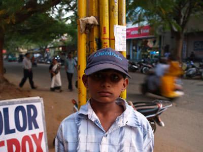 インドの路上に立つ少年