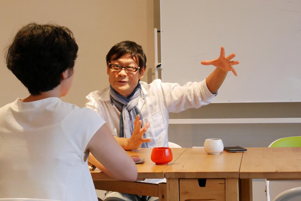 ジェスチャーを交え語る内田かつのり先生