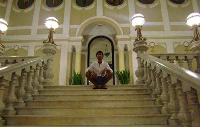 白い階段に座る更科有哉