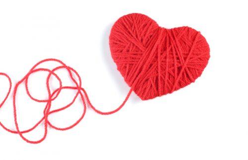 毛糸でハートが作られた写真