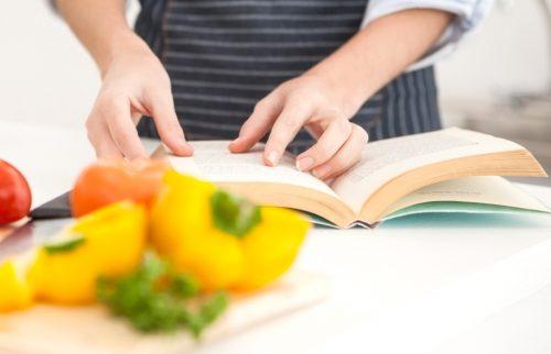 レシピBOOKを見る女性の手