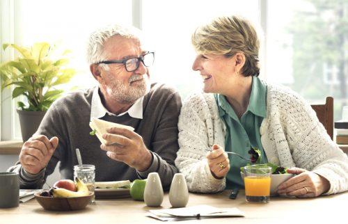 おじいちゃんとおばあちゃんが楽しそうに笑う様子