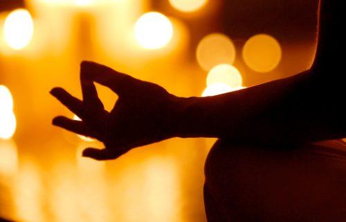 光の中で瞑想をしているイメージ写真