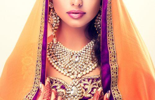 インドの民族衣装を身に着けた女性の写真