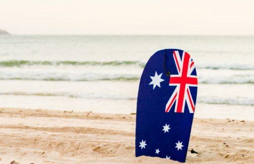 オーストラリアの国旗のサーフィンボードがビーチに刺さっている様子