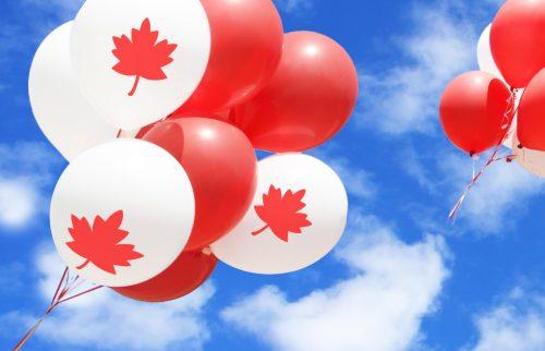 カナダの国旗の赤色と白色の風船が空にあがっていく様子