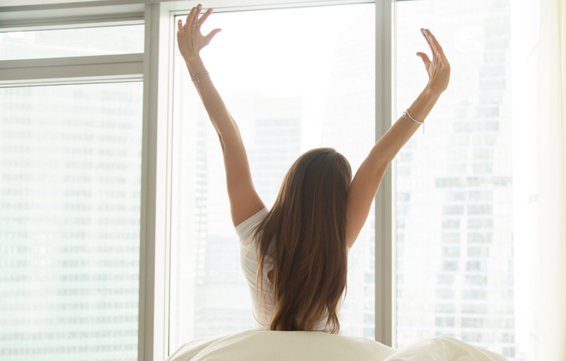 ベッドにいるまま毎朝5分で生活改善!|1日がスッキリ始まるヨガポーズ3選