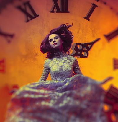 時計の文字盤とドレスを着た女性