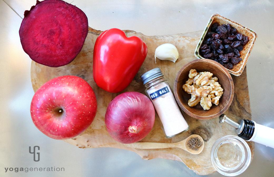 木製カットボードの上のビーツやリンゴなどの材料