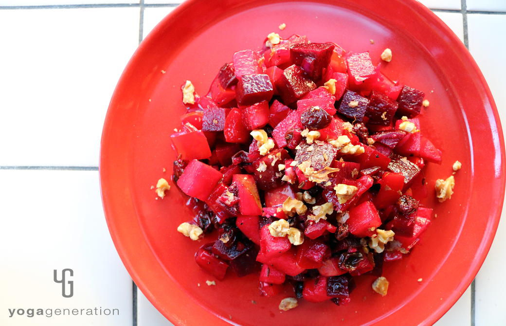 赤い丸皿に盛りつけた赤いエネルギーのサラダ
