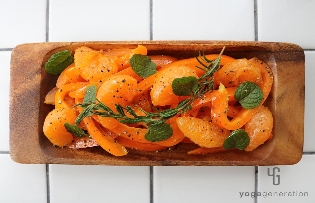 木の皿に盛りつけた橙エネルギーのサラダ
