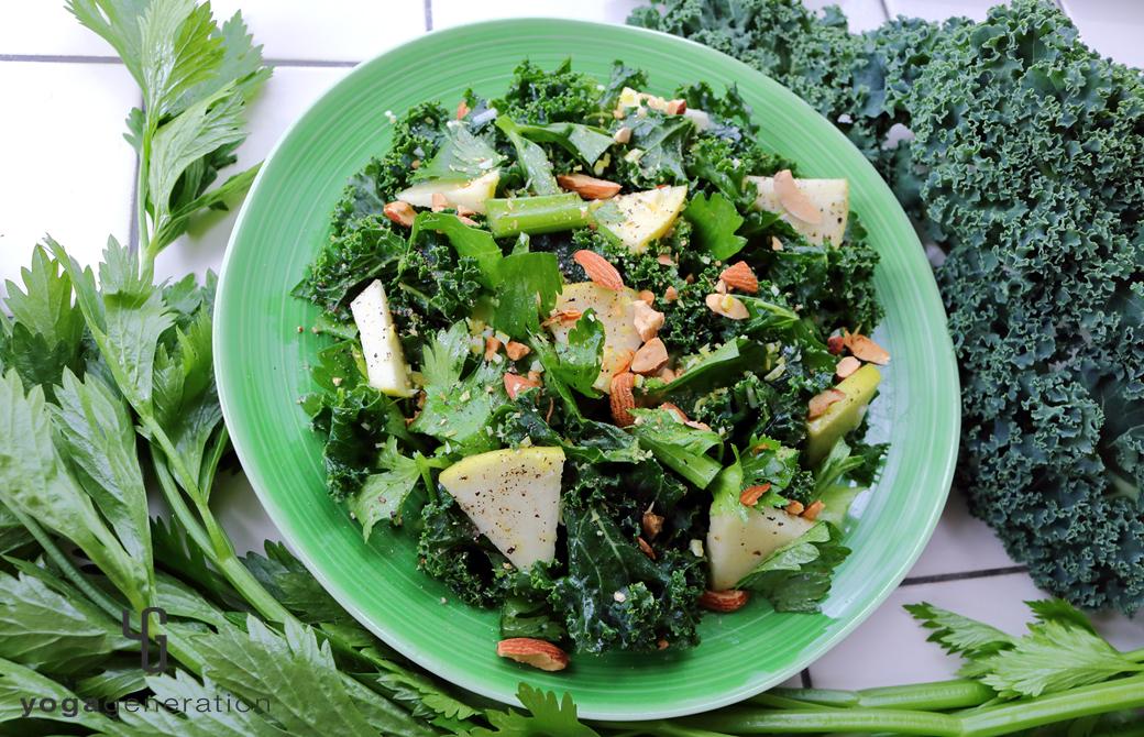 緑の皿に盛りつけたハートが満ち満ちる緑エネルギーのサラダ