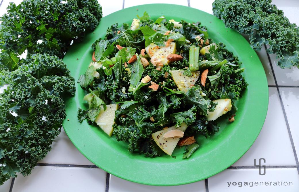 黄色みの強い緑の皿に盛りつけたハートが満ち満ちる緑エネルギーのサラダ