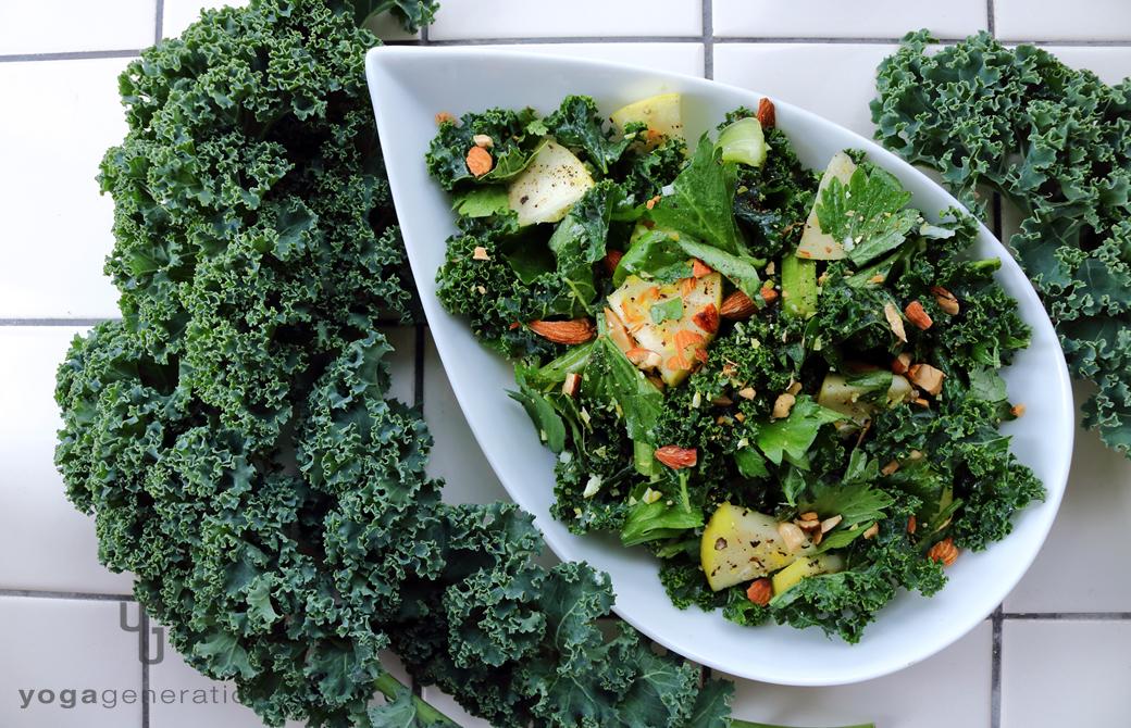 白いお皿に盛りつけたハートが満ち満ちる緑エネルギーのサラダ