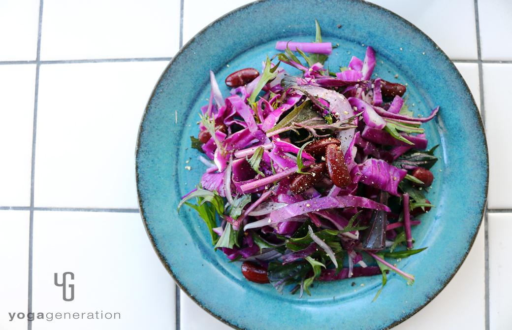 ターコイズの皿に盛りつけた人生を活き生きる紫エネルギーのサラダ