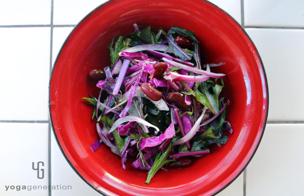 赤の皿に盛りつけた人生を活き生きる紫エネルギーのサラダ