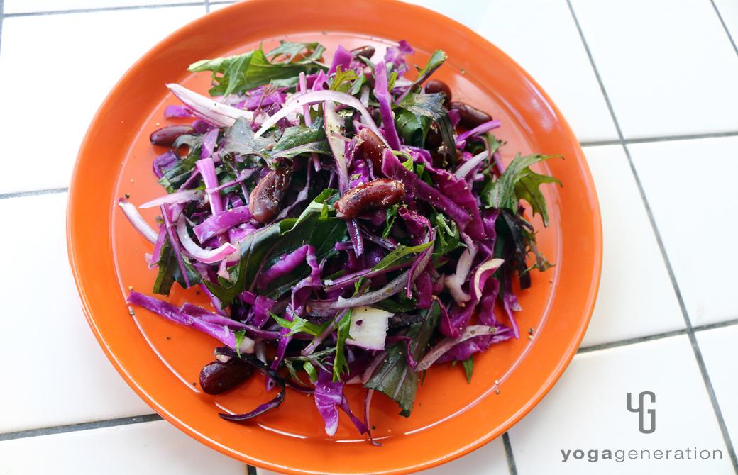 橙の皿に盛りつけた人生を活き生きる紫エネルギーのサラダ