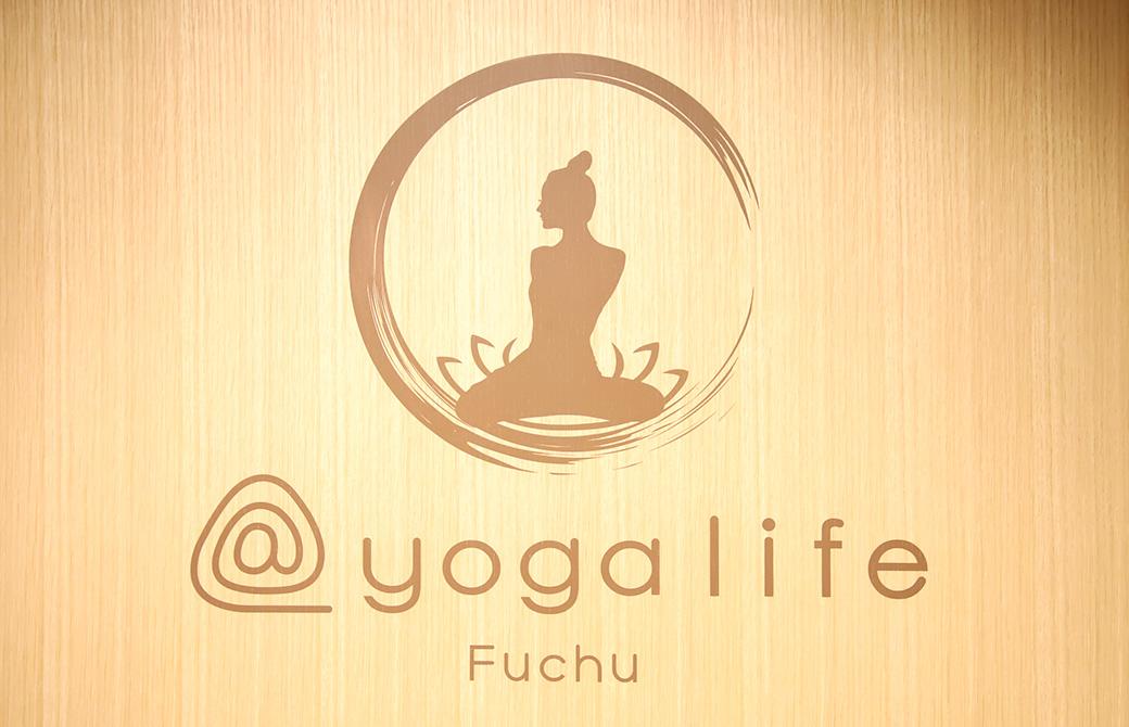 スタジオ受付の壁には@yogalifeFuchuのスタジオロゴ
