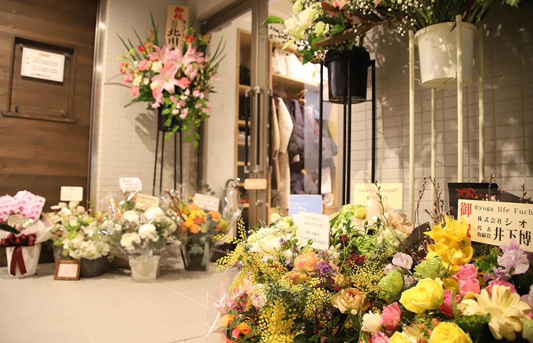 スタジオの外に置かれたお祝いの花束