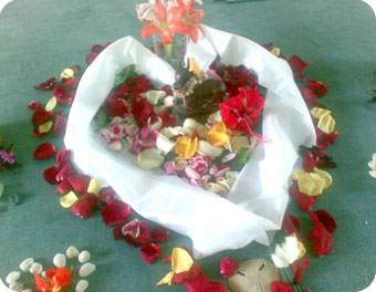 白布のハートとその周りに花々