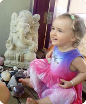 ガネーシャの像と女の子