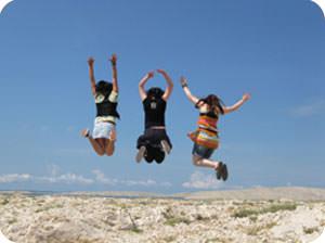 高くジャンプする3人