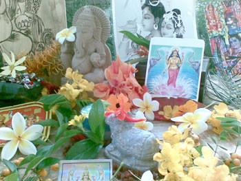 たくさんの花とインド神話の神の絵