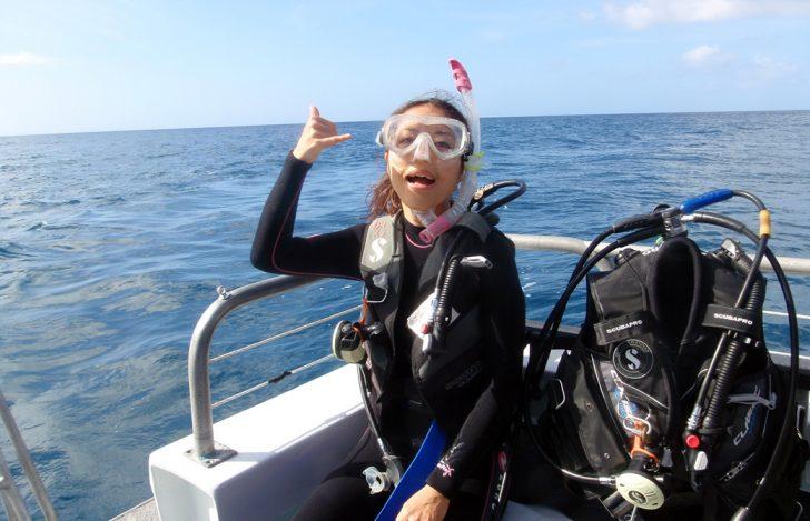 Mahokoが初スキューバダイビングで船上でポーズをとっている