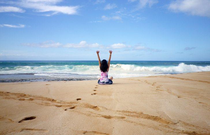 Mahokoがハワイ・モロカイ島のビーチで伸びをしているところ