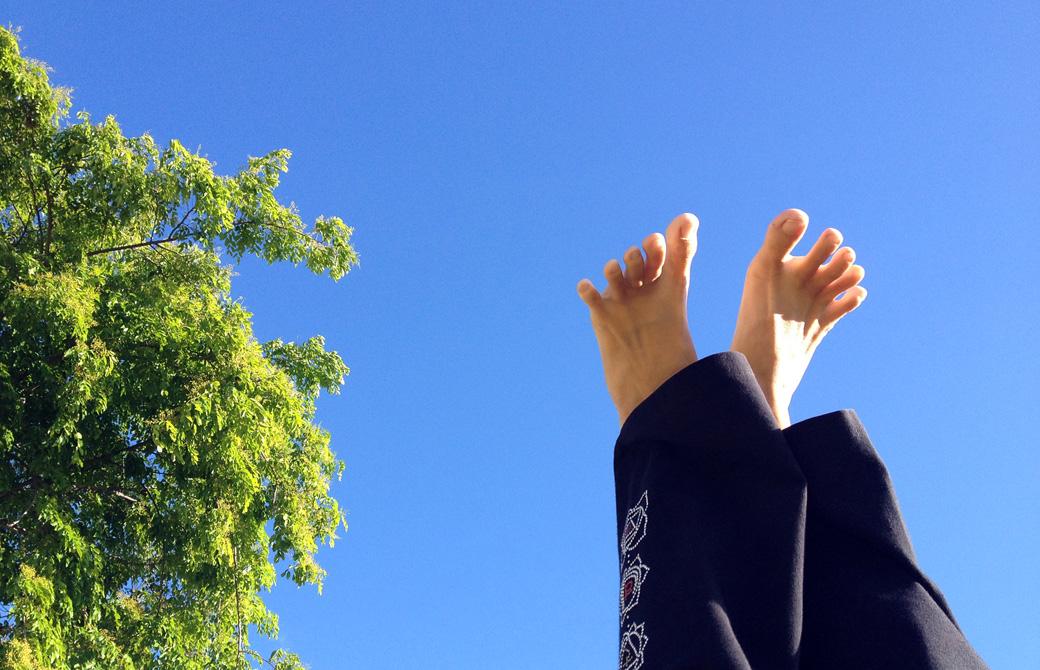 Mahokoが青空に向って足を伸ばしている