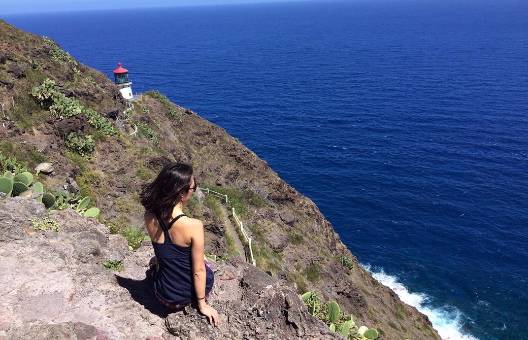 Mahokoがオアフ島のハイキングスポット、マカプウで海を眺めている