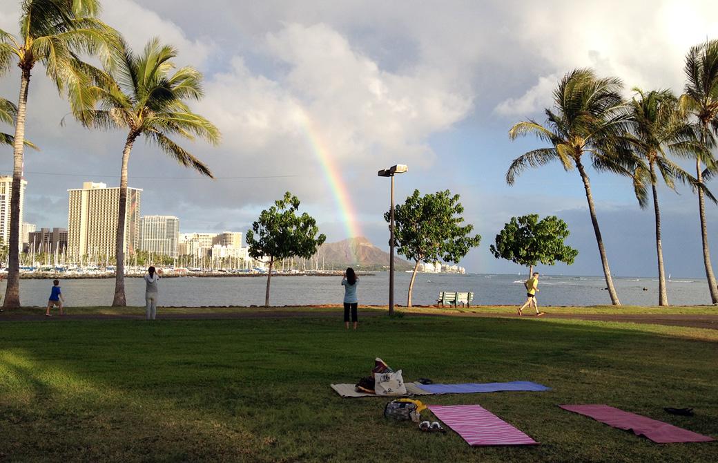 アラモアナビーチパークから眺めるダイアモンドヘッドと虹
