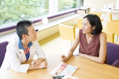 見つめあう高尾美穂先生とサントーシマ香先生