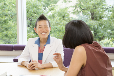 笑顔の高尾美穂先生