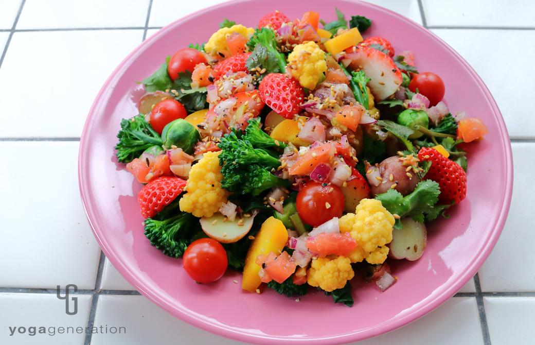 ピンクの皿に盛りつけた春を彩るカラフルパワー・サラダ
