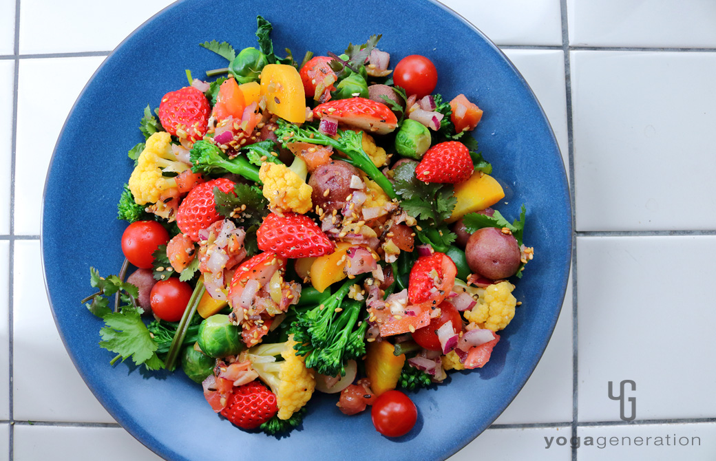 ネイビーの皿に盛りつけた春を彩るカラフルパワー・サラダ