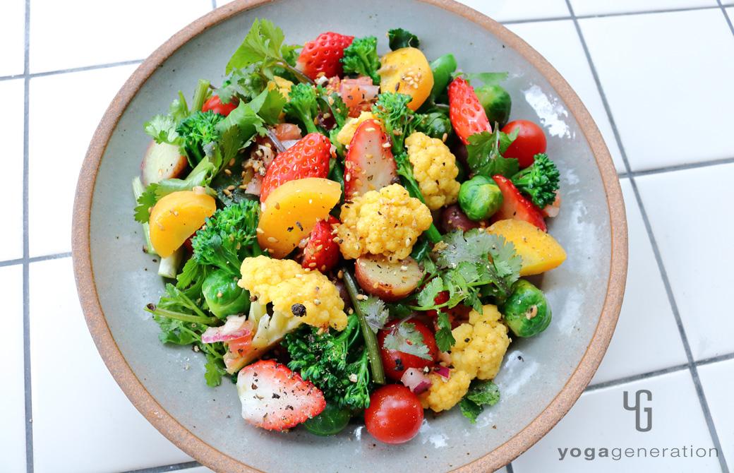 グレーの皿に盛りつけた春を彩るカラフルパワー・サラダ
