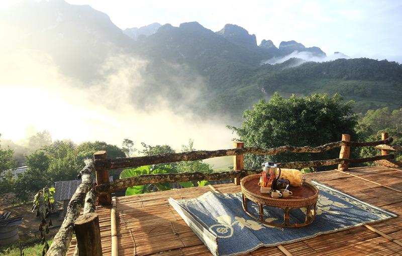 朝霧が見えるベランダに朝食が置かれている