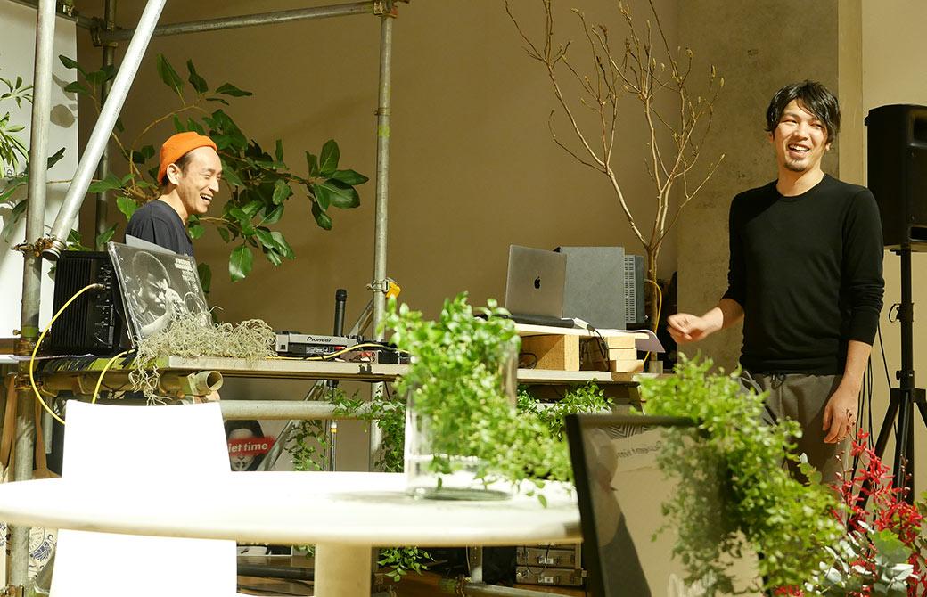 開場前に設営をしながら談笑する野村賢吾先生とヨガジェネレーションエンジニアゆうき先生