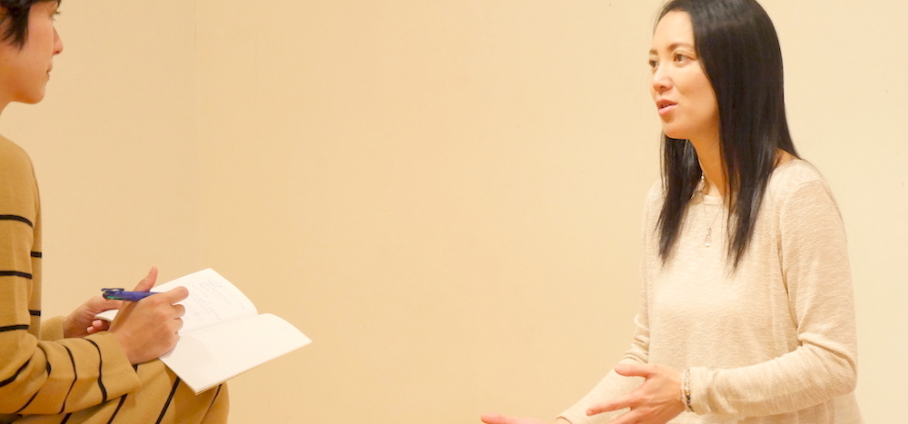 語る福田真理先生とインタビュアー