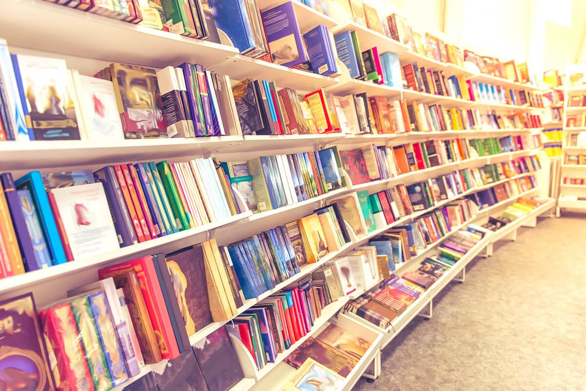 本棚に本がたくさんある