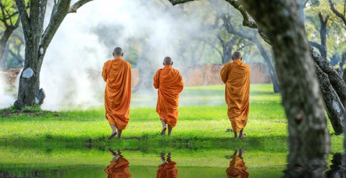 オレンジ色の服を着た3人の僧侶