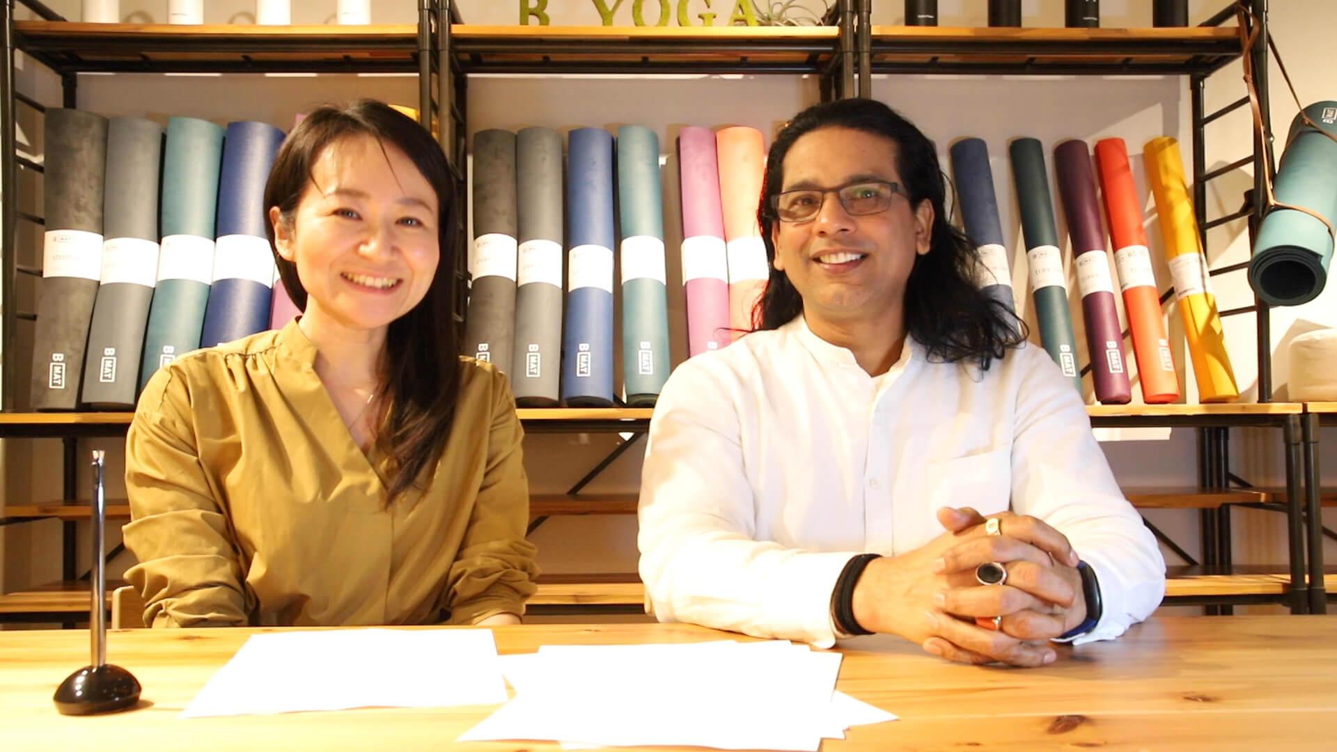 ヨガジェネレーション編集長kaya(左)とYOGA SPA yogayuH プロデューサー クリシュナ・グルジ先生(右)