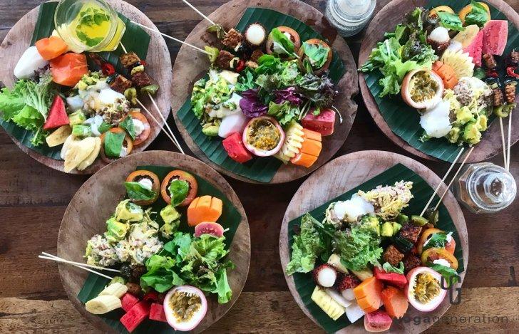 ゆるベジ特別編 バリ島の食レポート カラフルなベジプレートの皿が並んでいる様子