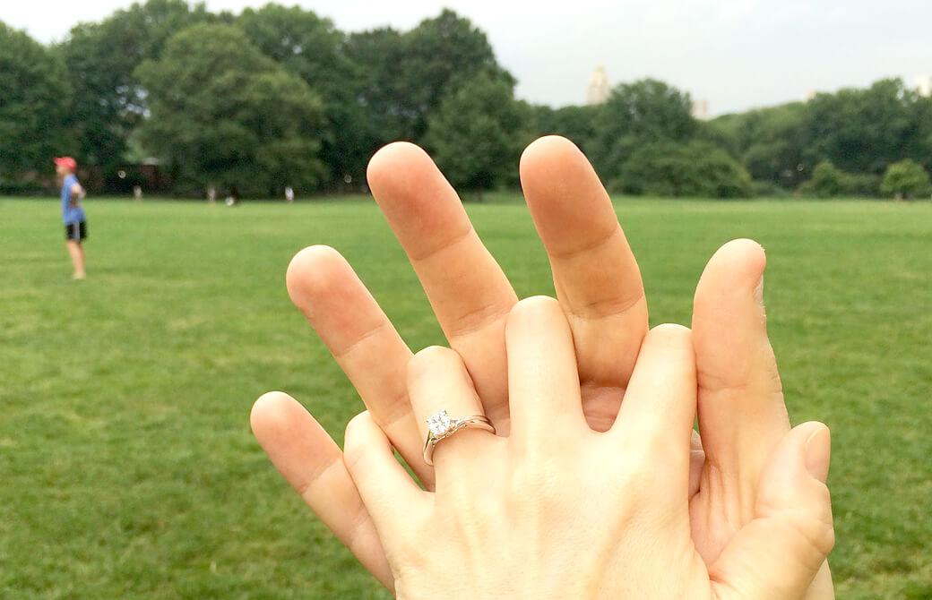 mahokoブログ エンゲージリングをした女性の手を男性がにぎっている mahoko-blog-engagedIMG_0715