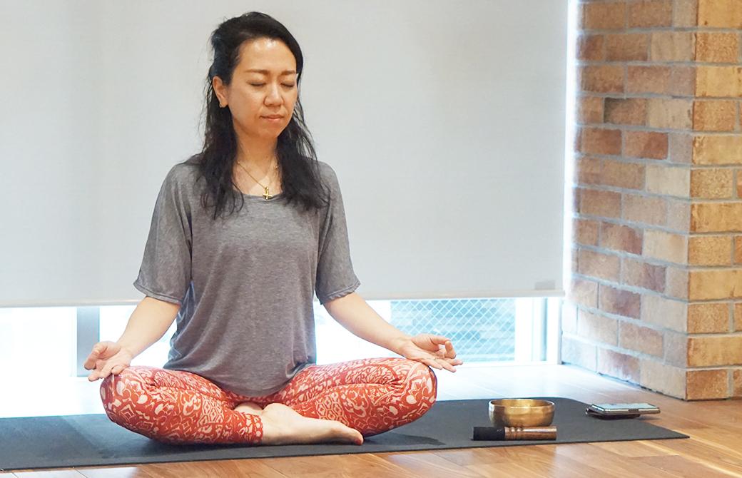 池袋オリーブメンタルクリニック院長松島幸恵さんが瞑想をしている様子