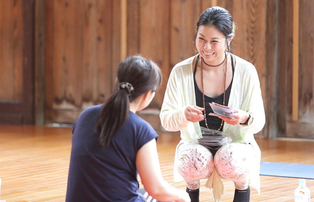 田村佳世さんの一人一人とコミュニケーション取っている写真