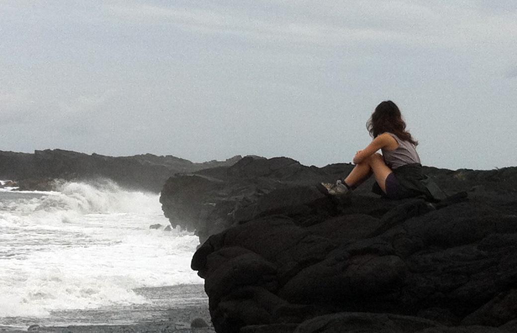 mahokoのブログ ハワイ島で黒い海岸を眺める本人