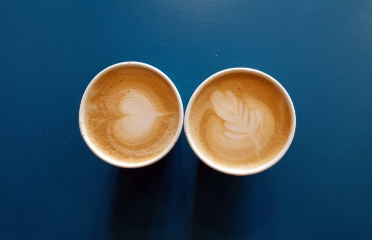 Mahokoのブログ ラテアートのあるカフェラテのカップ2個
